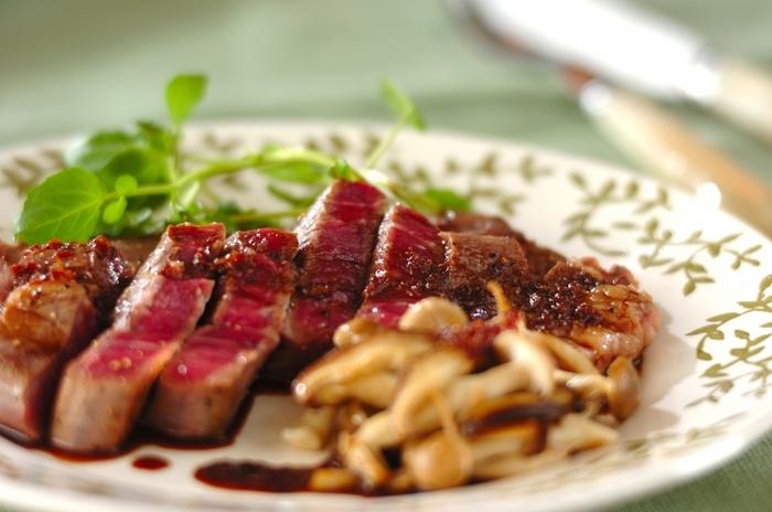 【柔らかステーキ】 誕生日と言ったら、やっぱり外せないのがステーキ。 こちらのステーキを柔らかくするポイントは、牛肉にハチミツを塗り、焼く前に常温に戻しておくこと。さらに焼いた後にホイルで包んで保温し、肉汁を安定させておくことで、柔らかくて美味しいステーキに…。