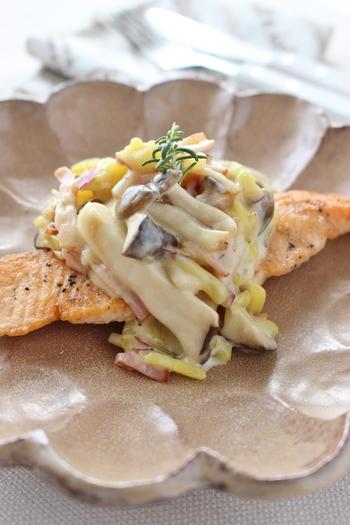 【鮭のムニエル、秋ソースがけ】 今の季節にぴったりな、秋の味覚を取り入れた一品。さつまいも&きのこ、さらにベーコンが入った濃厚ソースが、カリッと焼いた秋鮭を引き立てます。季節を感じさせる一品をコースメニューに取り入れるというのもいいですね!