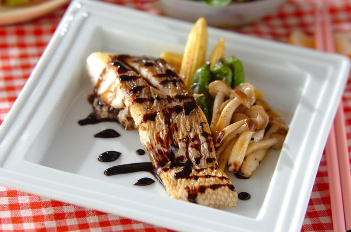 【白身魚のバルサミコソテー】 誕生日には、ちょっと贅沢に鯛のお魚を使った、こんなソテーはいかがでしょう! 鯛の皮はカリッと焼くのが美味しさのポイント。バルサミコの優しい酸味のソースがお魚と良く合います。
