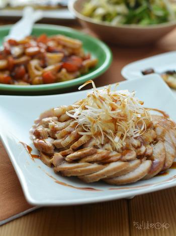 お肉の下味(付け置き時間)は15分、あとはお鍋におまかせの簡単煮豚レシピ。 味のしみこみ具合や加熱が均一になるように、何度か鍋の中の豚肉の位置をかえることで、固くならず、しっとりとした仕上がりに…。たっぷりの白髪ねぎをトッピングして召し上がれ!お肉好きの旦那さまなら、きっと大喜びなメインの一品に…。
