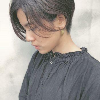 女性らしい前下がりのショートヘアは実はとっても小顔効果を発揮してくれるヘアスタイル。全部を耳にかけず、顔まわりにふんわりと髪がかかることでより小顔に見せることができます。