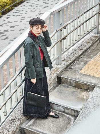 デニムロングスカートや赤いタートルニットで、女性らしさとカジュアルが同居するコーディネートにお似合いのジャケットです。