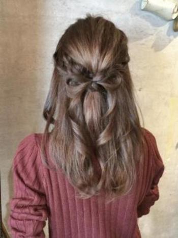 こちらは、ねじり編みとリボンの応用ハーフアップスタイル。 自分の髪の毛がヘアアクセに大変身!