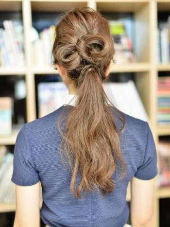 こちらは上級者向けのアレンジですが、自分の髪でリボンを作ってしまうことも可能です。