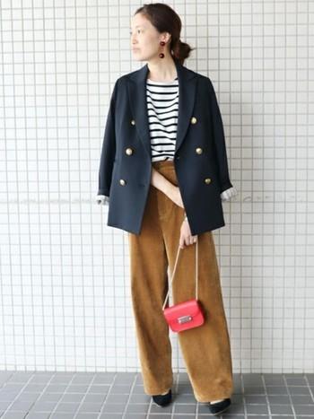 ベーシックなボーダTシャツにコーデュロイのワイドパンツを合わせたシンプルスタイルに、ジャケットを羽織って上質感を演出。お仕事スタイルにも使えそうですね。