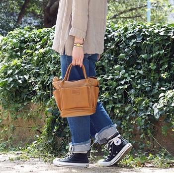 小ぶりなサイズ感が女性が持つのにぴったりですが、実は収納力抜群。 貴重品はもちろん、化粧ポーチ、ペットボトル、お弁当など日常で持ち運びたくなる物がしっかり収まります。 休日のお出かけにはもちろん、毎日の通勤や買い物にも重宝するバッグなので、「フォルナ」を代表するバッグとして長く愛されています。