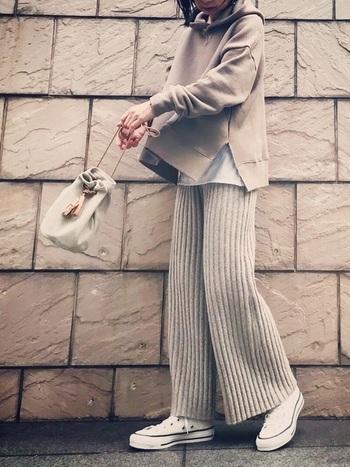 暖かさ抜群のニットパンツ。ベージュのグラデーションコーデで女性らしい雰囲気を作ってみてはいかがでしょう。ニットボトムスをロングワンピースやロングトップスの下に合わせて着るのも今年オススメのスタイリングです。