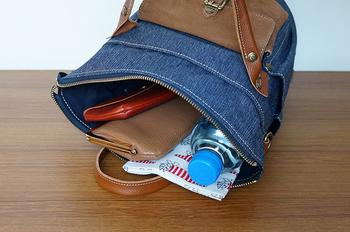 長財布、スマートフォンなどの必需品に加えて、ペットボトル、弁当箱など日常で持ち運ぶものがしっかり入ります。 バッグの内側、外側にも大小のポケットがあるため整頓力も◎
