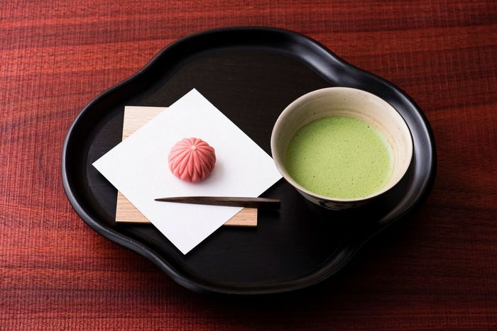 ■喫茶 厳選された日本茶や「茶論」オリジナルの抹茶とともに、「中川政七商店」創業の地・奈良の名菓匠「樫舎」から届く主菓子などをいただけます。季節感漂う主菓子と美味しいお茶をいただきながら、茶道の風情を味わってみて。また、今冬限定メニューのぜんざいもオススメ。樫舎で丁寧に炊かれた大粒の丹波大納言が使われています。(写真=季節の主菓子と薄茶のセット 1,620円、ぜんざい 単品 1,296円)