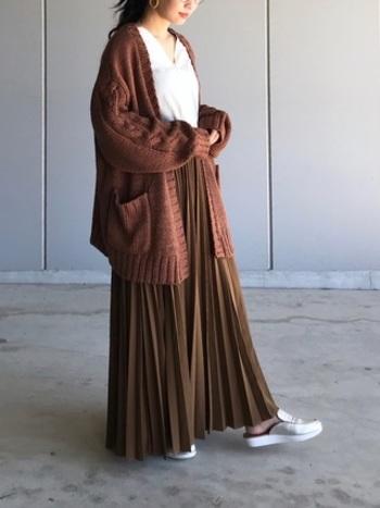 暖かさ抜群のロングカーディガン。あえてロングスカートやロングワンピースに合わせて、ゆったりしたコーディネートに仕上げましょう。同色のボトムスを合わせるのが、垢抜けた着こなしにするポイントです。