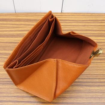 こちらの差込み金具付き財布は、封筒のように折りたたまれたフラップを開くと中身が見渡せます。 1アクションで中身が取り出せる便利さは、一度使うと手放せなくなるほど。