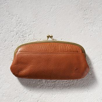 お札をそのまま入れられる大きさのがま口型も人気のアイテム。 シンプルな見た目ですが、内と外のさりげないポケットで整理整頓できます。