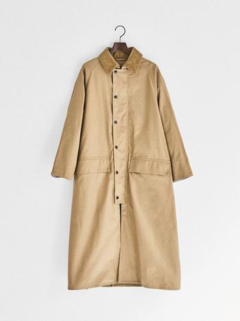 颯爽となびかせて歩きたい、ロング丈のコート。 元々乗馬用として作られた「BURGHLEY(バーレー)」を、現代のタウンユースに合うように着丈を調節しました。