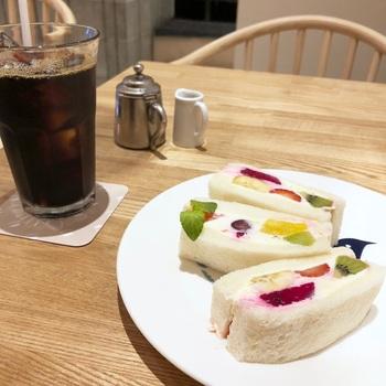 実は近くにペリカンカフェがオープンし、ペリカンの食パンを使った炭焼きトーストやオリジナルサンドイッチなどをいただくこともできます。カフェでまったり、ペリカンのパンをいただくのもいいですね。