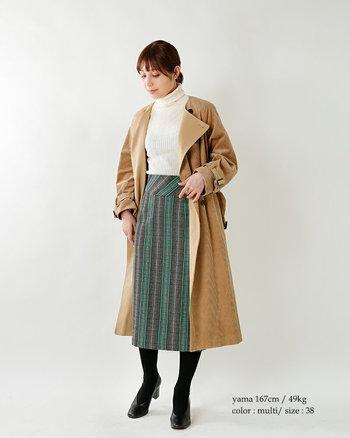 織り機で造り上げたかのようなツイードストライプのタイトスカート。やや色あせたかのような絶妙なトーンがヴィンテージ感のある着こなしに仕上げてくれます。