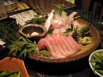 日本料理の場合、左上から右下へと流れるように盛り付ける「流し盛り」が基本とされています。刺身は、いつも切り口は左側。
