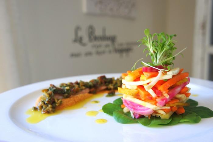 サイドに添えられた野菜やソースが全体のバランスを保つ大事な役割を持っていることがあります。料理によっては正面を左右どちらかに少しズラし、メインにピントを合わせてからサイドを少しぼかすようにフレームインさせると美味しそうに写せますよ。