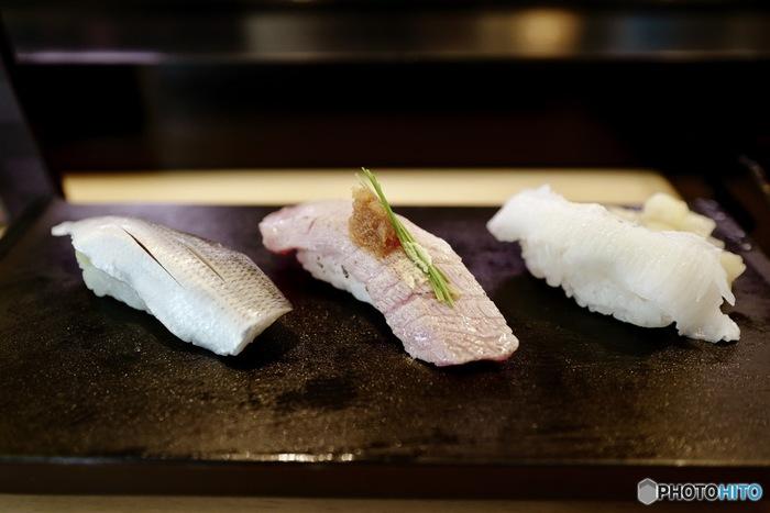 職人技が際立つのが、シャリの握り具合。美味しい握り寿司はシャリの形も見事です。ネタにもよりますが、握り寿司はシャリの土台が少し見えるくらいの角度が◎。