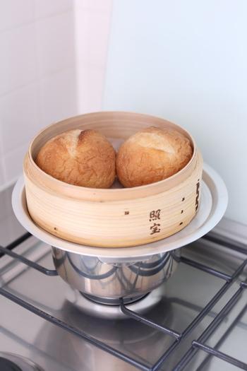 冷凍しておいたパンをせいろで蒸すとふわふわの焼きたて状態になるんですよ。一人暮らしの方は小さいサイズのせいろを一個持っていると蒸し野菜から冷凍パンの解凍まで色々使えます。