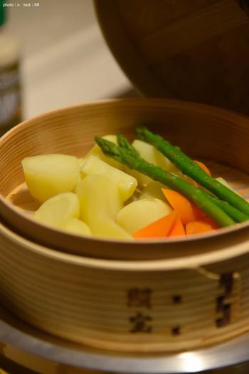 あったらいいなと思いつつ、保存方法やお手入れが難しそうでなんとなく手に入れそびれていたせいろ。せいろは蒸し料理に欠かせない存在で、野菜の美味しさを最大限に引き出してくれる蒸し野菜を作るときにも大活躍してくれる万能アイテム。