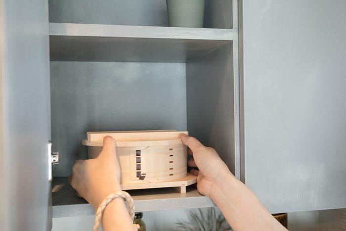 両手ですっと取り出すことができるちょうどいいサイズのせいろは新潟県の老舗曲物工房「足立茂久商店」のもの。