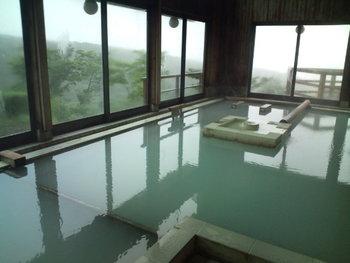 2種類の源泉が楽しめるだけでなく、内湯の大きな窓からも露天風呂からも紅葉が楽しめる贅沢な温泉。日帰り入浴は人数制限がありますので事前の確認をおすすめします。