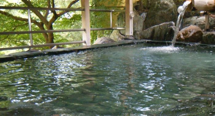 pH9.3と高いアルカリ性でまろやかなお湯が特徴の満願の湯。奥長瀞渓谷の美しい清流と満願滝を眺めながら入れる露天風呂は、紅葉の季節にはより美しい光景が広がります。