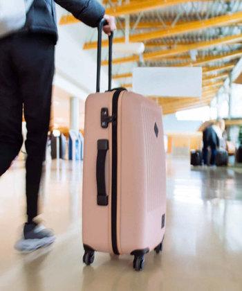 キャスターの数は2つか4つの2タイプがあります。坂道や段差に強いといわれているのが2輪。ただ、2輪だと横方向に動かずスーツケースを傾けないと運べません。重たい荷物を運ぶには女性なら4輪のほうがよいかも。