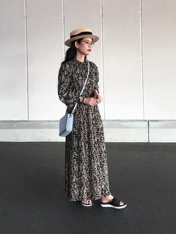 気品が漂うプリーツスカートのワンピースには、丸メガネでクラシカルなコーデに。