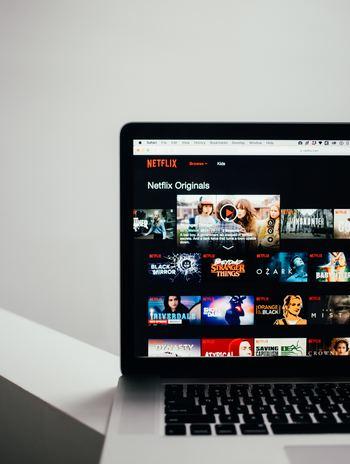 お笑い番組を観ることに近いですが、映画派の人はコメディ映画を観て笑うのがおすすめです。