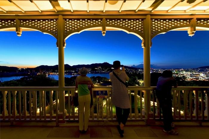 旧グラバー邸前の展望台から見る長崎の街並みは絶景です。夜になると幻想的な夜景を楽しめますよ♪