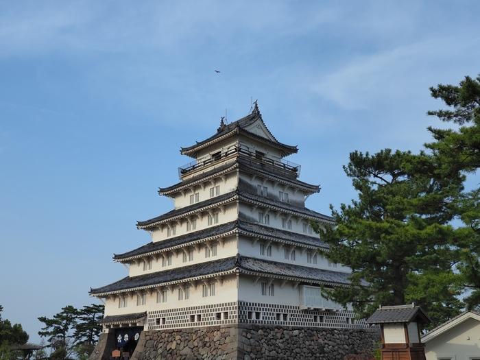 島原市のシンボル「島原城」は、島原駅から徒歩5分のところにあります。1618年に松倉重政が築城を開始し、1624年に完成しました。築後390年以上経ちますが、石垣は頑丈で崩れることはありません。お堀には、春は菖蒲、夏は蓮の花など四季折々の花が咲いてお城を彩ります。青空に映える威風堂々とした佇まいは圧巻です。