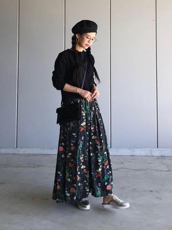黒のアイテムでまとめて、ボタニカルなフラワープリントのデザインを活かしたスタイルに。柄のスカートはトップスをシンプルにすることで引き立ちますね。