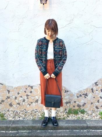 おばあちゃんのニットのような素朴でレトロなデザインが可愛い丸みのあるカーディガン。タイトなミモレ丈スカートでレディライクに着こなして。