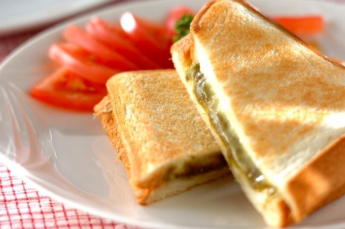 ちょっと意外な組み合わせの、とろろ昆布とチーズのホットサンド。味付けは麺つゆだけなのでお手軽です。とろろ昆布とチーズの絶妙なコンビネーション、試してみませんか?