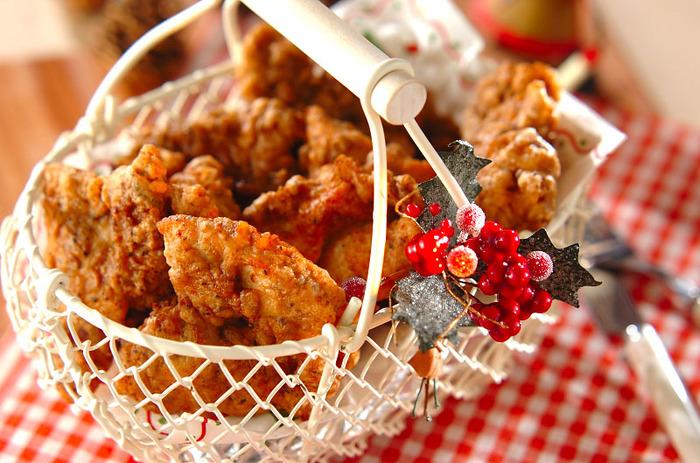 こちらは、フライパンで作れるフライドチキン。鶏もも肉とむね肉を使っています。しっかりとスパイスが効いていてお店のような味わいに♪