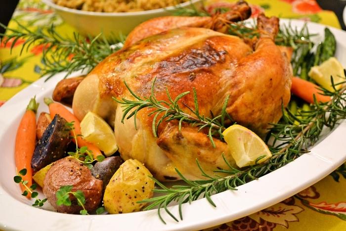 本格的なローストチキンに挑戦してみたい方は、ぜひこちらのレシピを参考にしてみてください。じっくりとオーブンで焼いた鶏はとってもジューシー。大切な日を華やかに演出してくれること間違いなしの一品です。