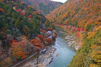 写真左上に見えるのが、千光寺。山の中から見渡す景色は、まさに死者を供養するのにふさわしい美しさ。マナーを守って雄大な景色を愉しみたいですね。