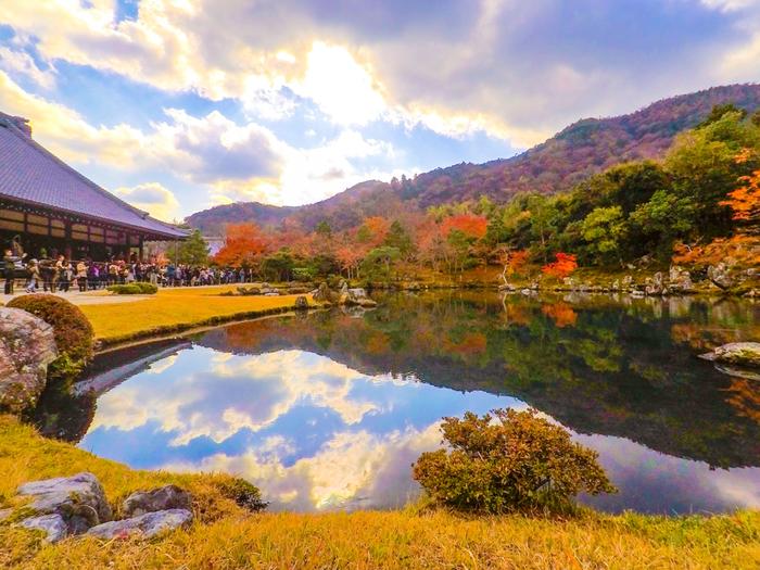 約700年前の作庭当時の面影を残す『曹源池庭園(そうげんちていえん)』は日本の特別名勝の第一号でもあり、四季折々の美しさで私たちを迎えてくれます。お庭の美しさはもちろん、水面に移り込む紅葉も必見。時間や天気によって雰囲気が変わるので、その日だけしか見られない景色を堪能してくださいね。