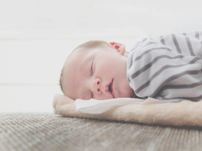 天然のオイルであるホホバオイルは、赤ちゃんへのマッサージにも安心して使うことができます。ホホバオイルを手のひらに取り、人肌にあたためてから使ってあげましょう。ゆっくりと全身をなでるようにマッサージ。赤ちゃんの心も落ち着き、母と子のスキンシップにぴったり。