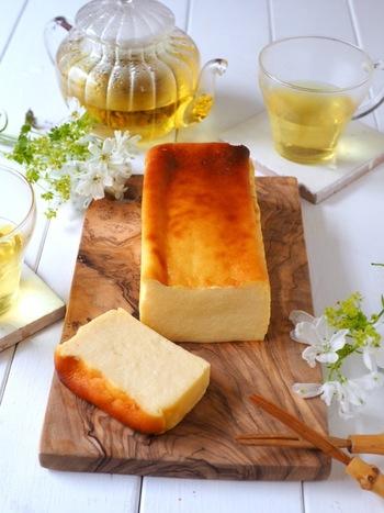 クリームチーズと絹ごし豆腐をたっぷりと使った、ヘルシーなチーズケーキならぬ豆腐テリーヌのレシピ。なめらか食材の組み合わせで、しっとりとした口溶けのデザートになりますよ。