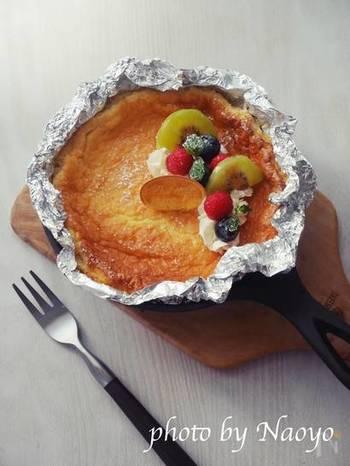 スキレットで作る、型いらずのベイクドチーズケーキレシピです。1ホール食べても糖質は10g以下!クリームチーズを贅沢に使った、覚えておきたい低糖質スイーツです。