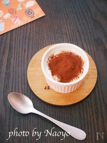 ヨーグルトをコーヒーフィルターで水切りしたヨーグルトは、ヘルシーで低糖質スイーツ作りにぴったりです。材料4つの盛りつけ1分、思いついた時に作れるお手軽スイーツです。