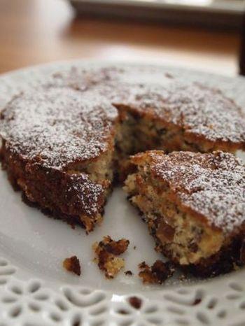 小麦粉の代わりに大豆粉を使ったタルトのレシピ。ローストしたヘーゼルナッツをたっぷりと使うので、香ばしい香りで豆臭さが気にならず、さっくりと楽しめる焼き菓子です。
