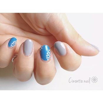 ノスタルジックな北欧柄は、落ち着いたブルー系で季節感を出して。グレーを挟み込みことでモードな香りもひとさじ。