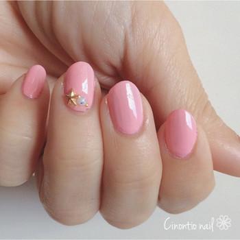 春ネイルに欠かせないピンク。ただ色を乗せるだけでもいいけれど、少量のスタッズを添えることでよりおしゃれな手元に!