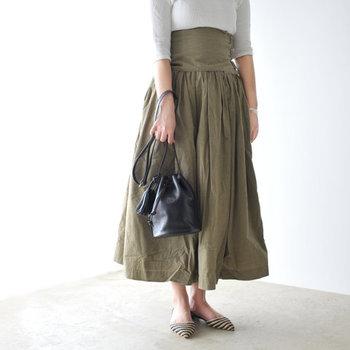 「最低限の荷物だけ持ち歩きたい!」そんなミニマリスト派には、コロンとした形が愛らしい小さな巾着型をレコメンド。