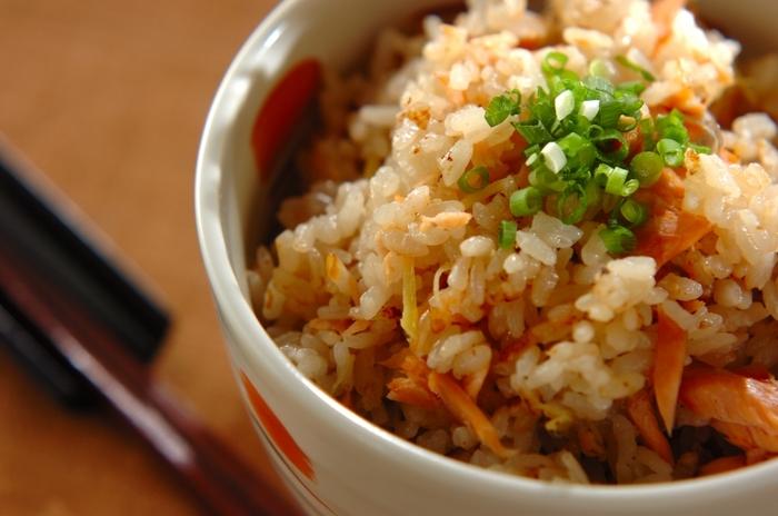 鮭の美味しさがたっぷりの混ぜご飯。お米も新米に合わせれば、より一層味わいが増します。鮭を大きくほぐして、混ぜるのがポイント!献立が味気ない時に加えてみてくださいね◎