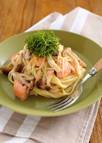 鮭ときのこが入ったクリームパスタ。マンネリになりがちなクリームパスタも、味噌を加えることでいつもと違った味わいに。他の野菜とも組み合わせやすいレシピです。