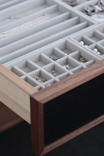 無印良品の「ベロア内箱仕切り」はアクリルケースだけではなく、こちらのように家具の引き出しの収納にも活躍してくれますよ。散らばりやすい小さいピアスも、絡まりやすいネックレスも。一つ一つを分けて収納できるので、とても使いやすそうですね。